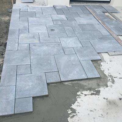 Pose de dalles pierre naturelle multi format pour une terrasse