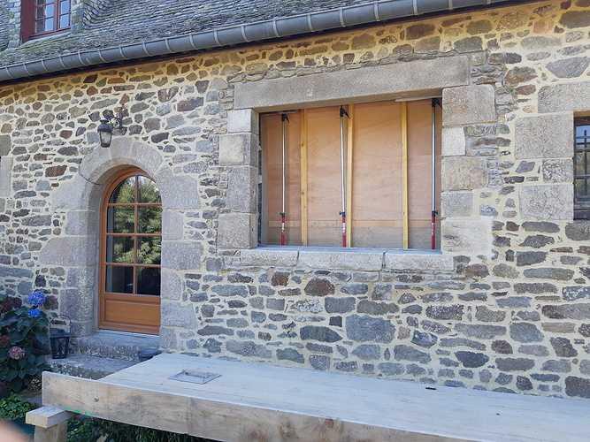Ouverture d''un mur pierre pour création d''une fenêtre et condamnation d''une porte de garage 0