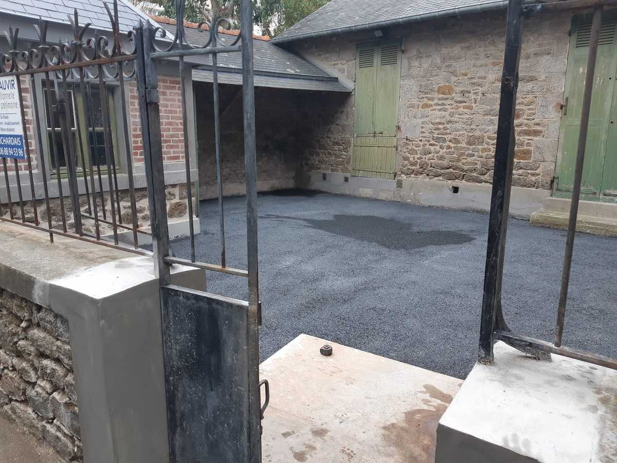refection d une petite cour en beton drainant noir et des joints a la chaux - quartier st enogat - dinard