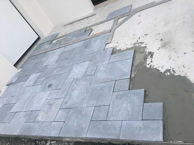 Pose de dalles pierre naturelle multi format pour une terrasse img1542